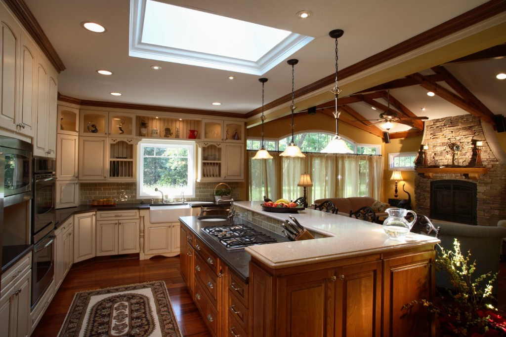traditional-cottage-kitchen-livingroom-design-two-tone-cabinets-vaulted-beam-ceilings-2